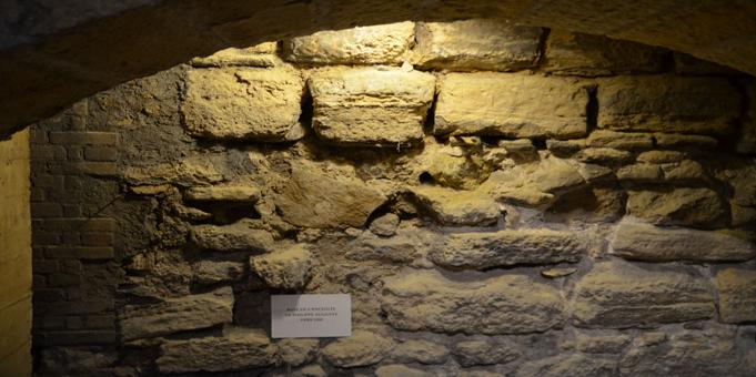 Enceinte Philippe Auguste à la base de la tour Jean sans peur
